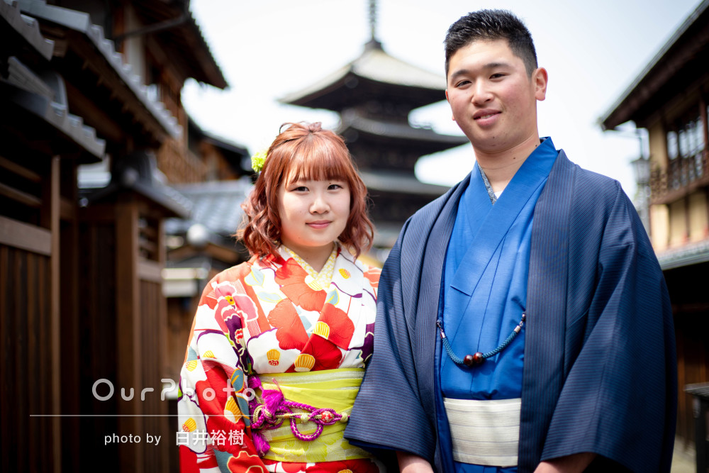 着物で京都の町並みを巡りながら自然な笑顔のカップルフォト