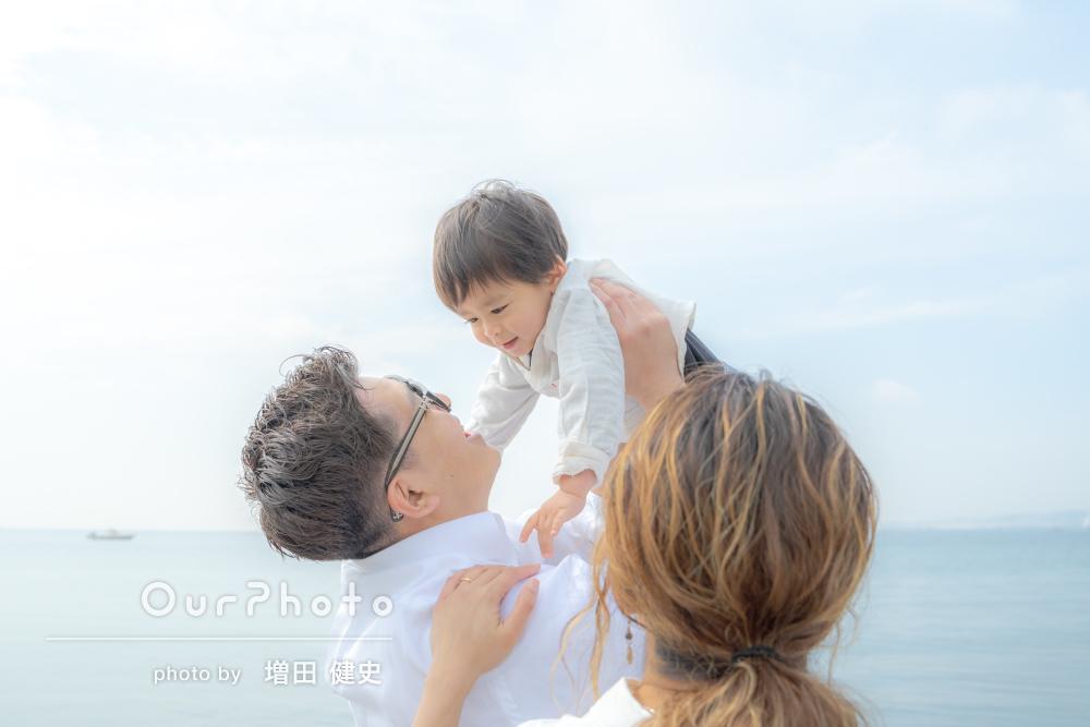 壮大な海岸で天使が舞い降りたかのような優しい家族写真