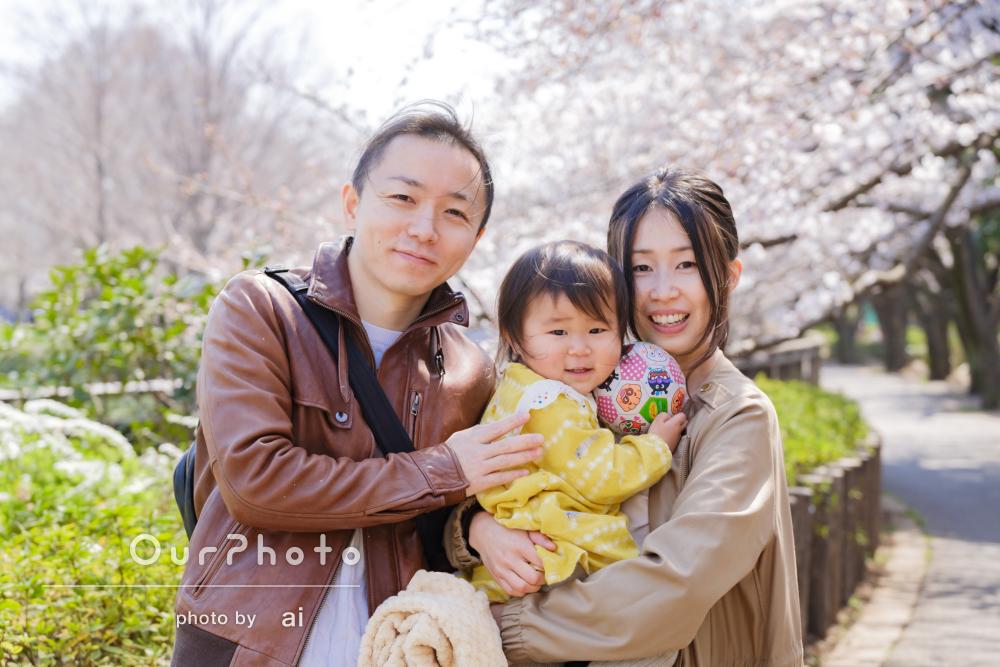 「ぐずっていた娘を優しく見守っていただきました」桜色の家族写真