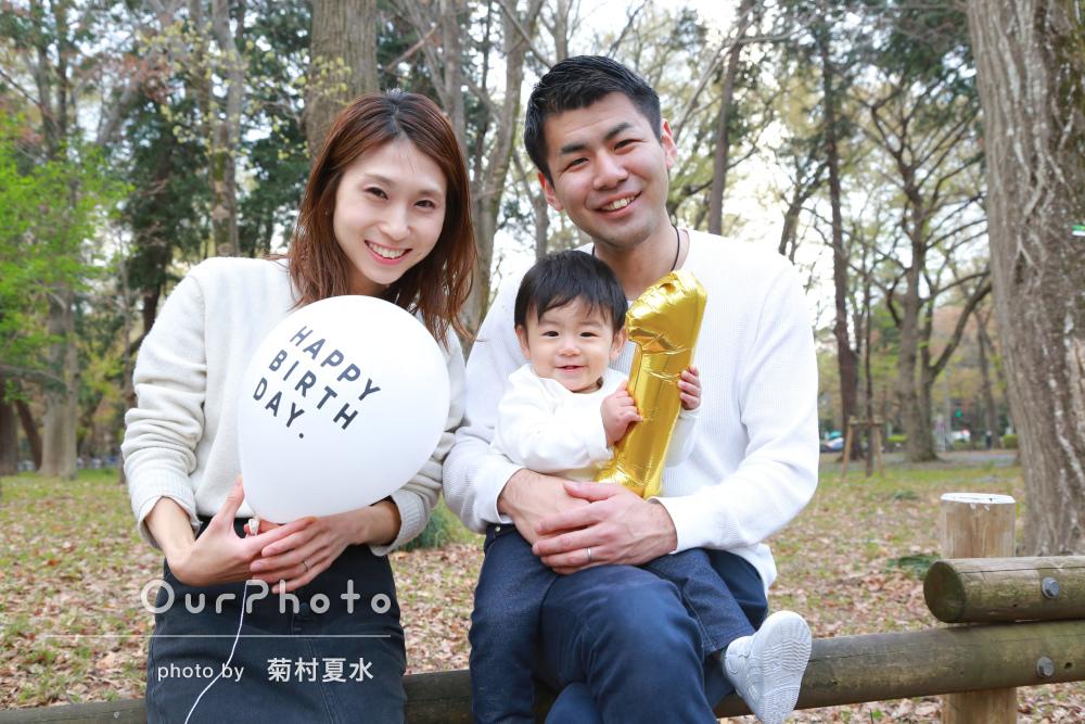 お揃い白コーデで公園へ1歳記念の家族写真の撮影