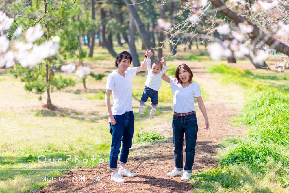 白コーデのカジュアルフォトを!桜の中で家族写真の撮影