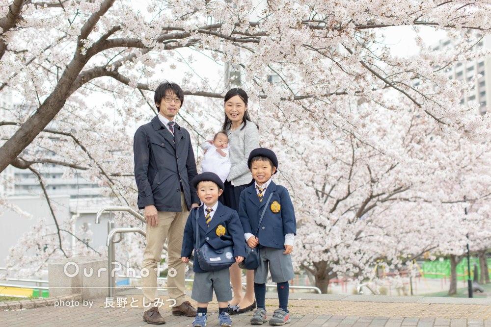 「自然な笑顔をたくさん撮ってもらえました」桜満開の入学記念の家族写真