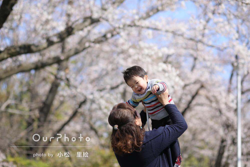 春らしい暖かな日差しの中で優しい雰囲気の家族写真の撮影