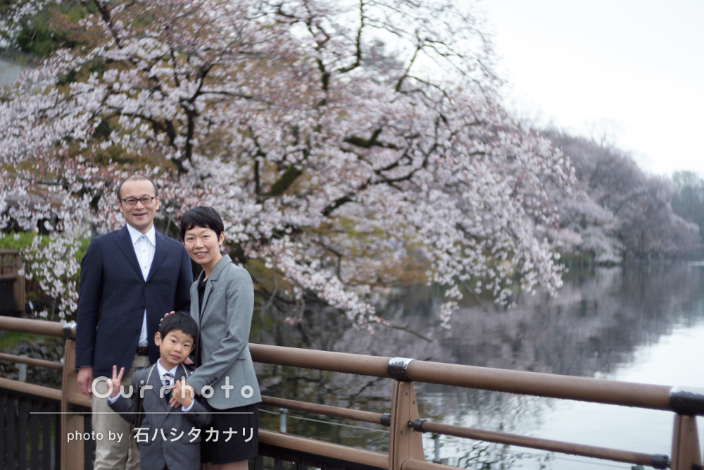 小学校の入学記念に桜と一緒に家族写真の撮影