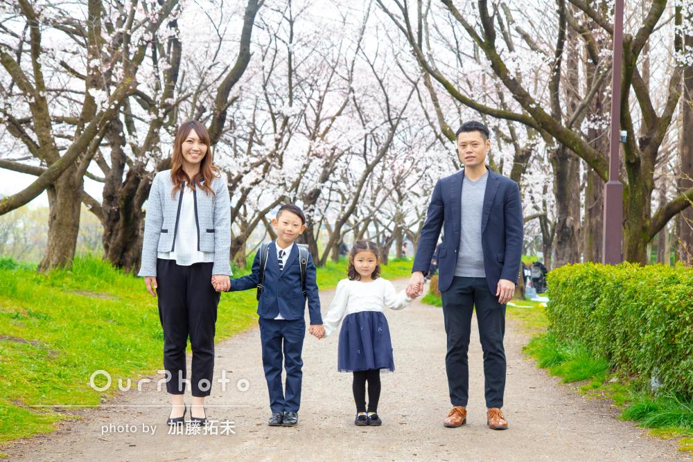 家族の仲の良さが感じられる、優しい入学記念の写真撮影