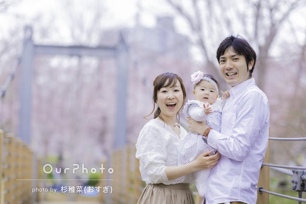 パパママも赤ちゃんも自然な笑顔で、ふんわり優しい家族写真の撮影