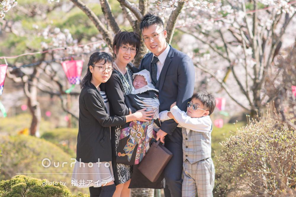桜に包まれて誕生の喜びを分かち合うお宮参りの出張撮影
