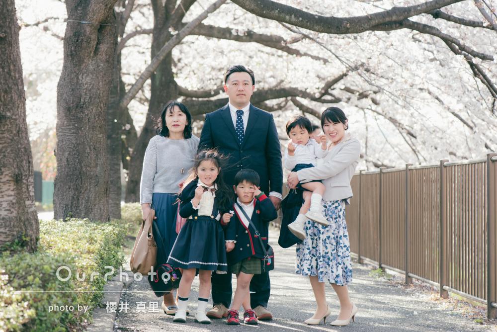 新たな希望あふれる祝入学記念の家族写真を通学路で!