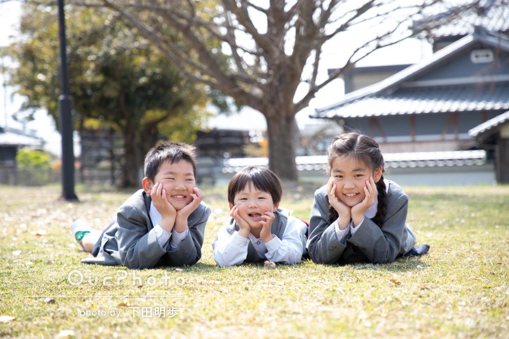 ご進級の節目に桜の下で!仲良し三姉弟の家族写真の撮影