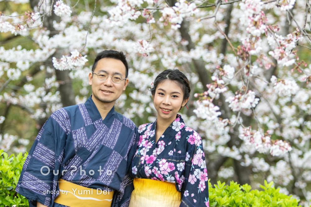 美しい桜の下で、幸せいっぱい和装カップルフォトの撮影