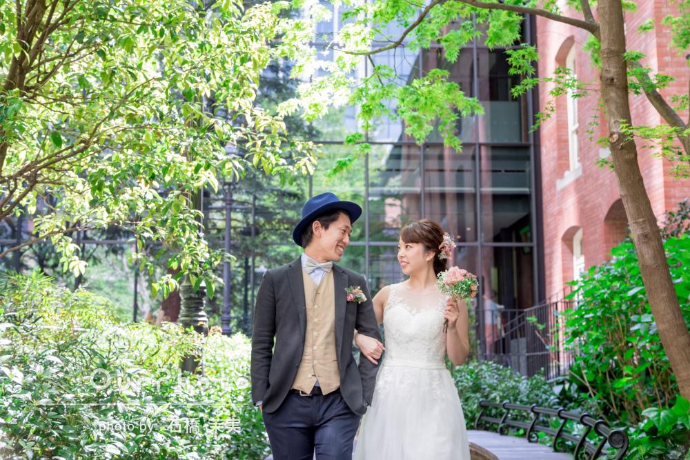 新緑が美しい街中に白いドレスが映える!幸せいっぱいウェディングフォト