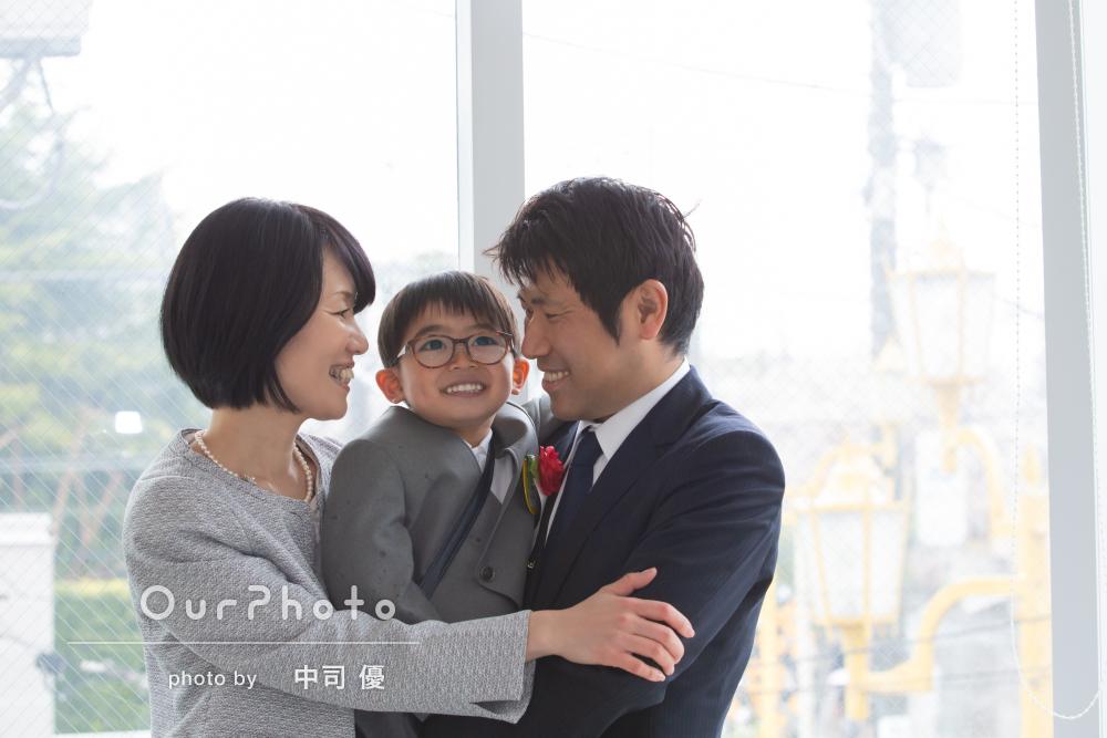 「緊張しつつも笑顔が出て無事撮影」入園記念の家族写真の撮影