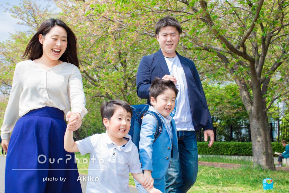 元気いっぱい!新緑さわやかな入学記念の家族写真の撮影