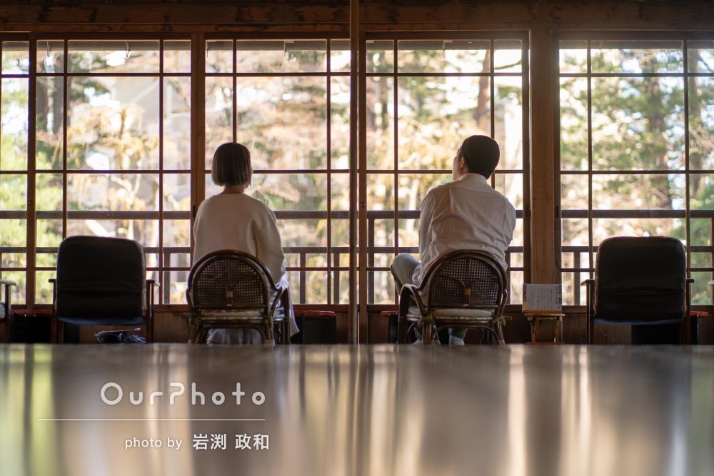 春の景観が素敵な場所で引っ越し記念の夫婦ツーショット撮影