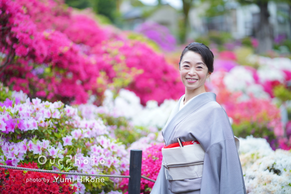 満開のつつじが咲く神社で、雨の日でもしとやかなプロフィール写真