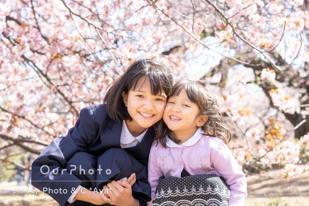 「いい記念に」桜が咲いた春の公園で中学校入学記念の家族写真の撮影