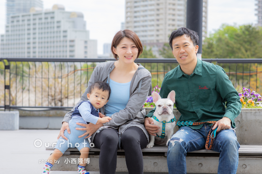 ペットのワンちゃんも一緒に。海の近い公園で家族写真の撮影