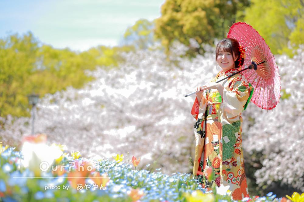 春の花々の中で、大人っぽく華やかな雰囲気の成人式の前撮り