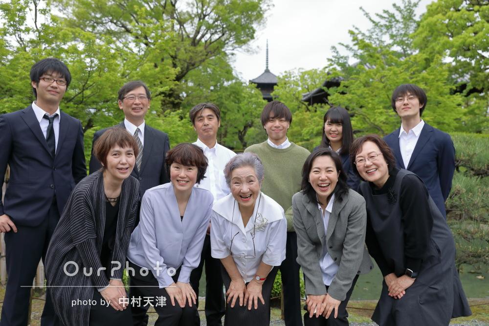 春の庭園で親戚家族がそろう機会に家族写真の撮影