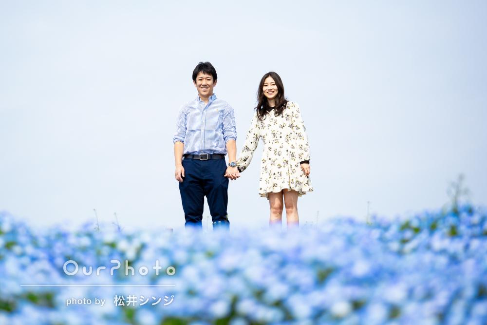 美しいネモフィラ畑の中で、二人の絆が深まるカップルフォトの撮影