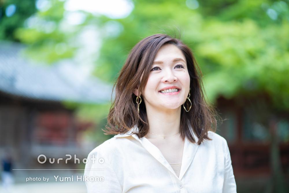 鮮やかな緑を背景に「柔らかな雰囲気」の女性プロフィール写真の撮影