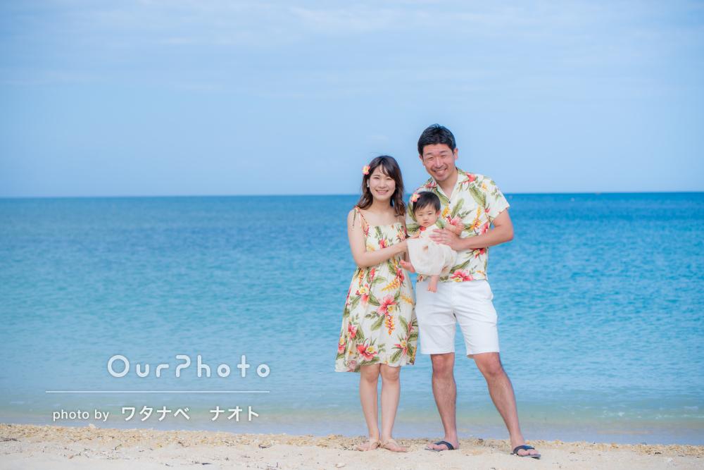 沖縄旅行で!鮮やかな美ら海ブルーと共に家族旅行の記念写真