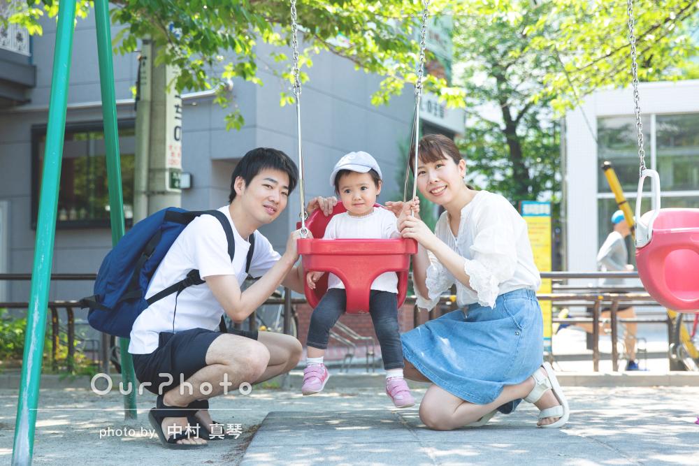 晴天の公園でめいっぱい遊びながら家族写真の撮影