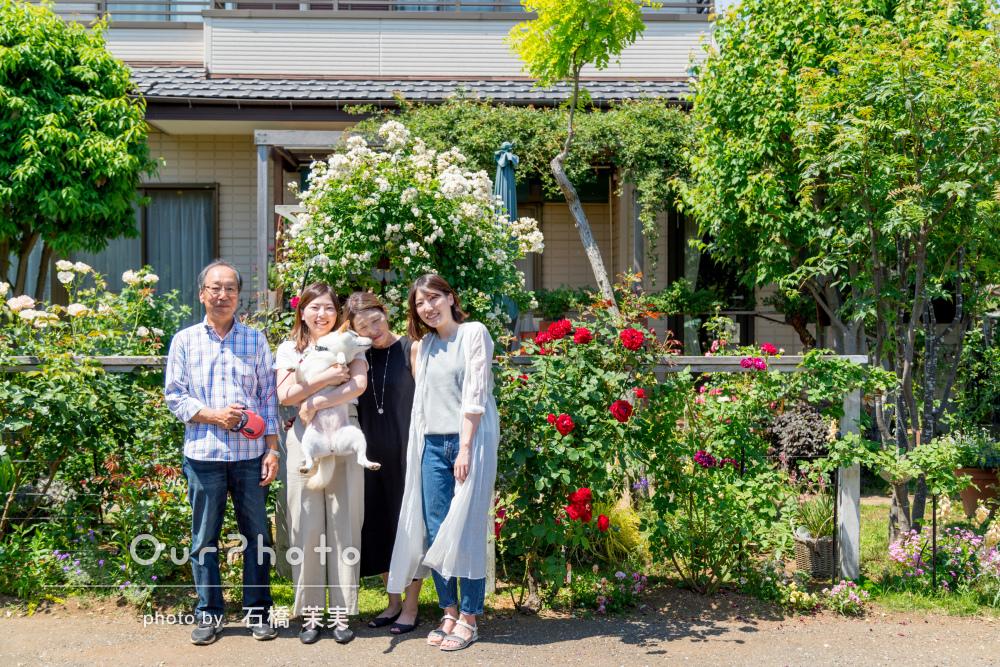 緑と花が輝き溢れるご自宅のお庭で初夏に家族写真の撮影