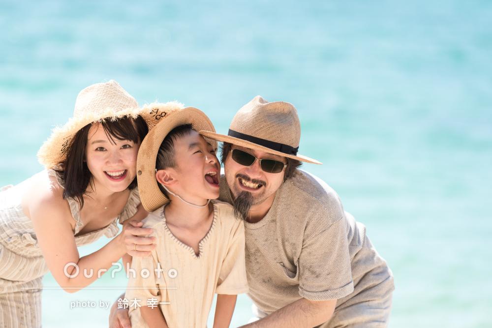 海の青さと笑顔が眩しい!沖縄のビーチで家族写真の撮影