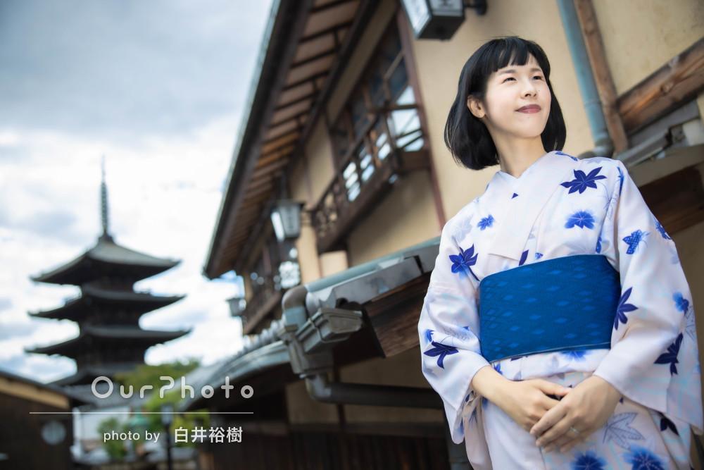艶やかな青もみじ柄の浴衣を着て古都の街中でのプロフィール写真撮影