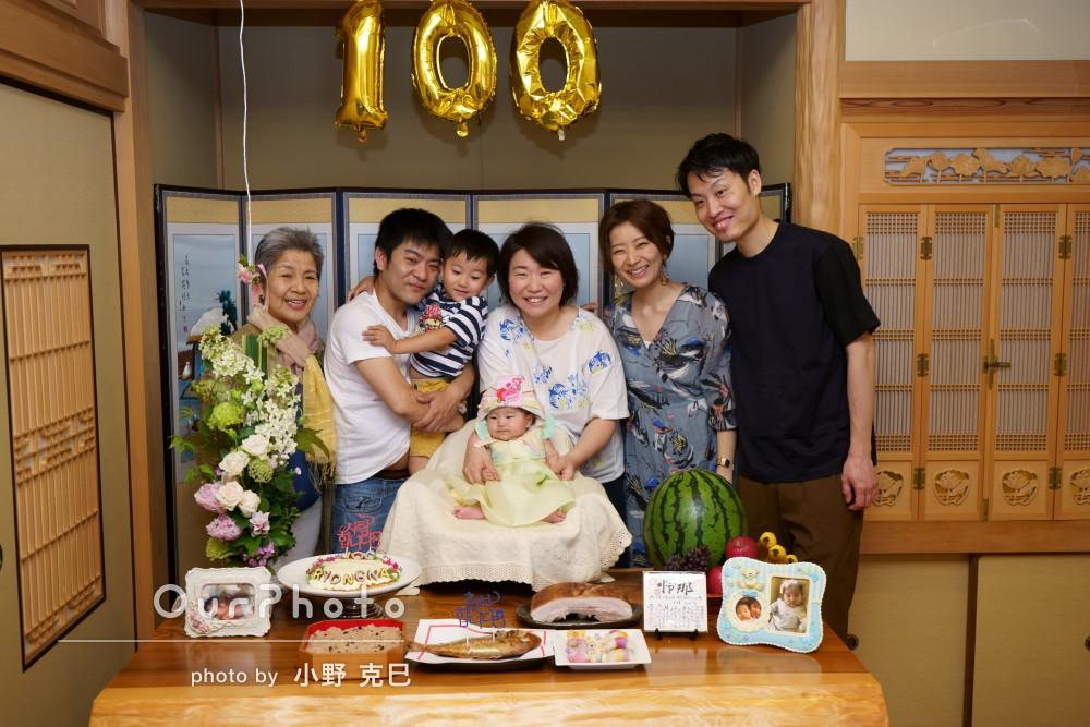 お子さんの百日祝いで大集合☆みんな笑顔の家族写真の撮影