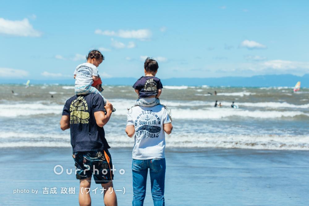 初夏の風が感じられる海岸で2歳の誕生日記念の写真撮影