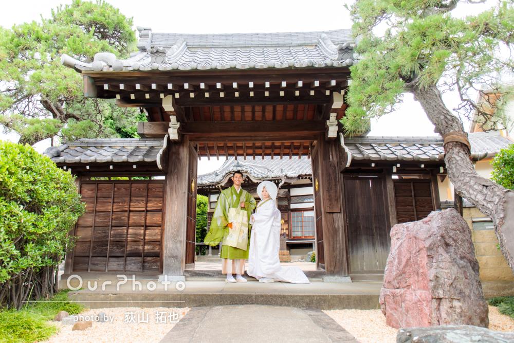 「一生に一度の記念日」寺院での仏前式前に白無垢と法衣姿の婚礼写真