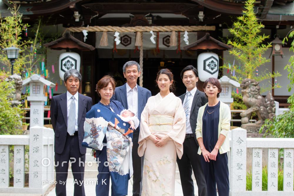 新しい家族の誕生をみんなで祝う三世代でお宮参りの撮影
