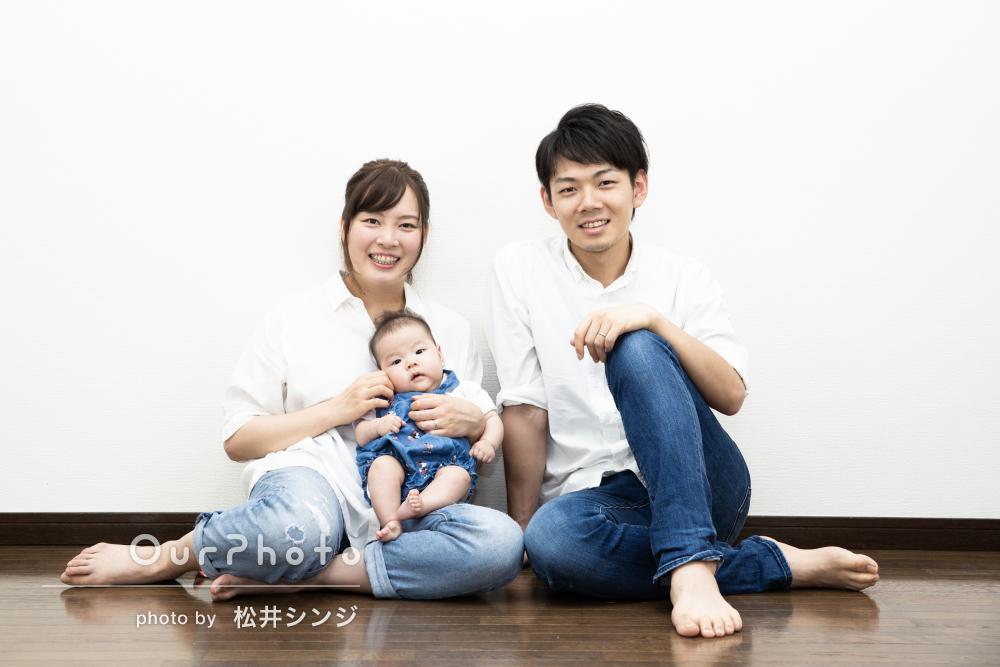 プクプクほっぺのかわいい赤ちゃんと!リンクコーデの家族写真