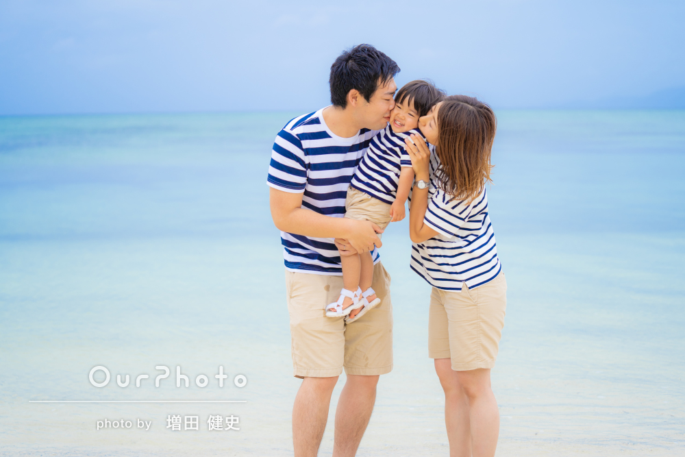 青い海!青い空!ボーターコーデで爽やかな家族の記念写真の撮影