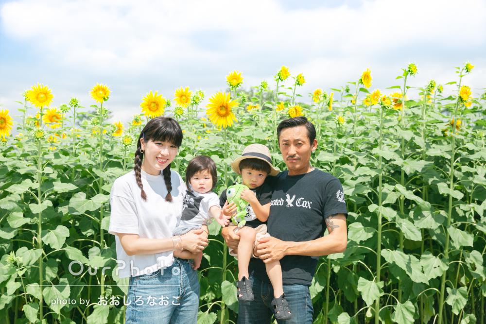 満開の美しい花々の中で、自然な雰囲気が伝わってくる家族写真の撮影