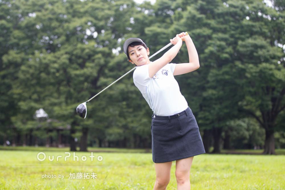 青空へナイスショット!ゴルファーのプロフィールフォトの撮影