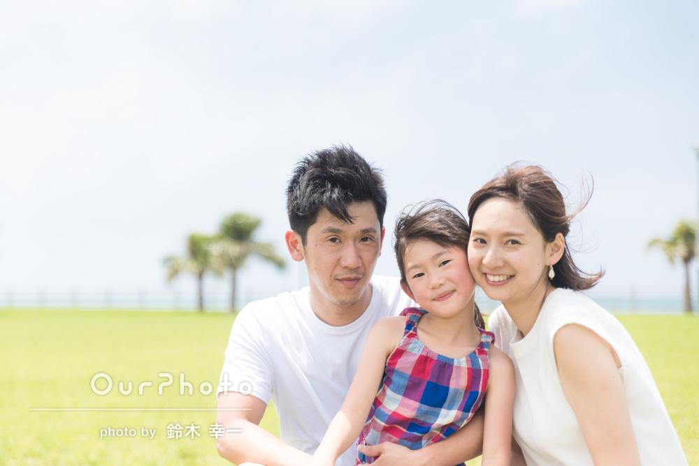 笑い声が聞こえてきそう!沖縄のビーチで家族写真の撮影