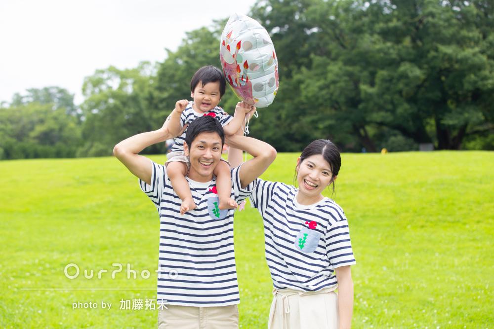 「笑顔を逃さず良い記念に」ボーダーコーデで仲良し家族写真の撮影