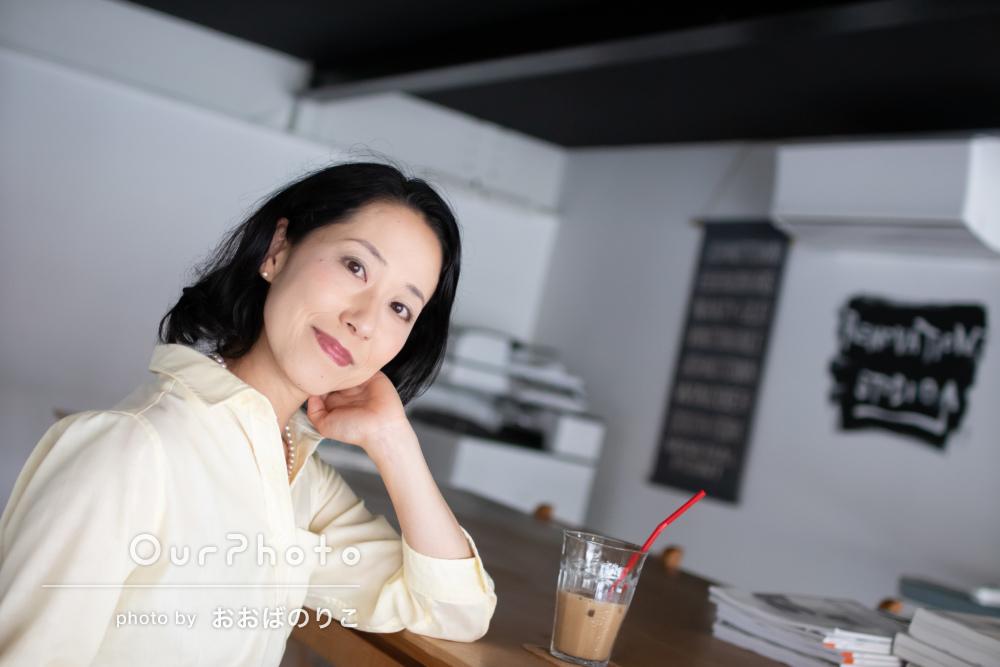 オシャレなカフェ風スペースで女性プロフィールフォトの撮影