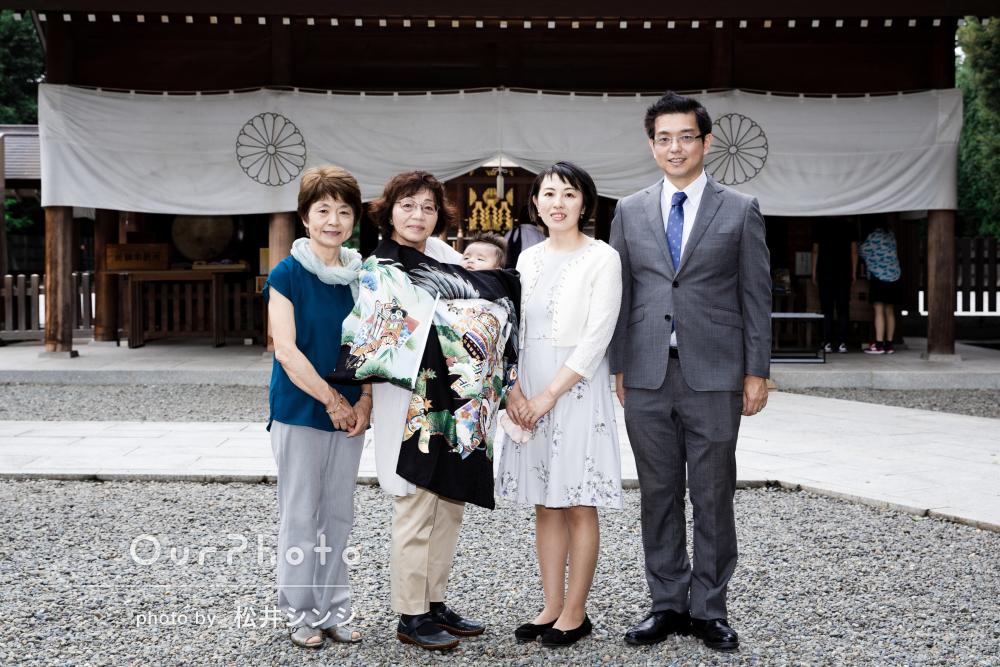 黒地に青々とした松の着物が素敵なお宮参りの写真撮影