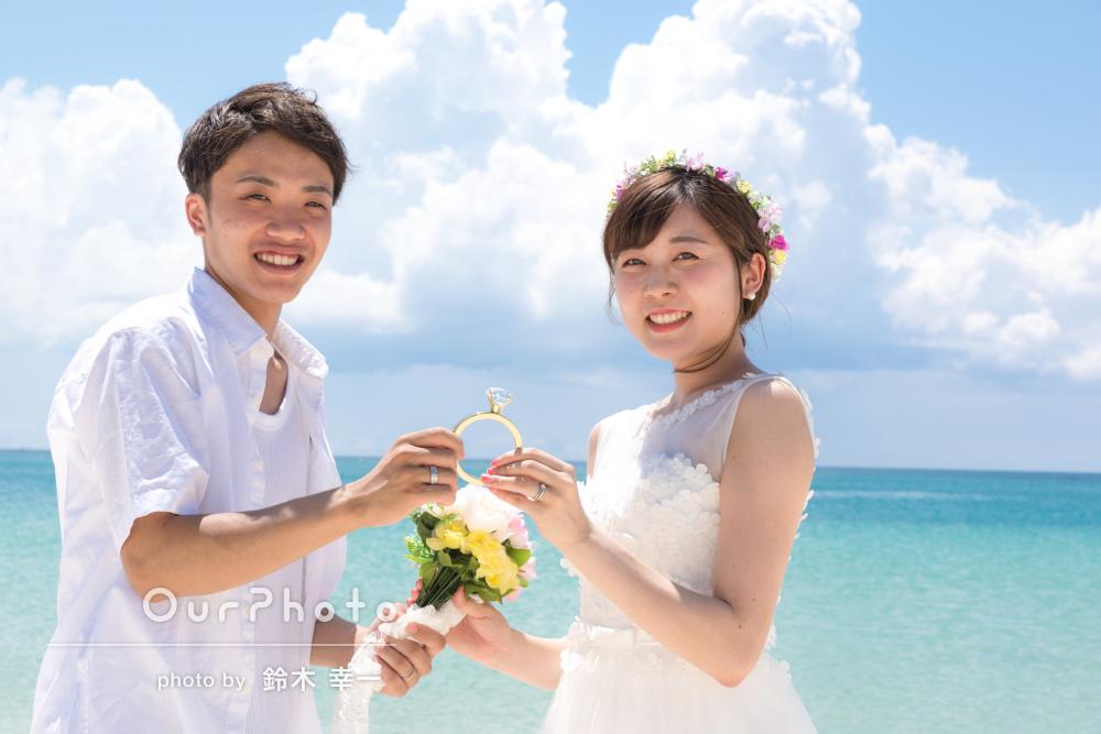 透きとおるように輝く海が眩しいビーチにてカップル写真の撮影
