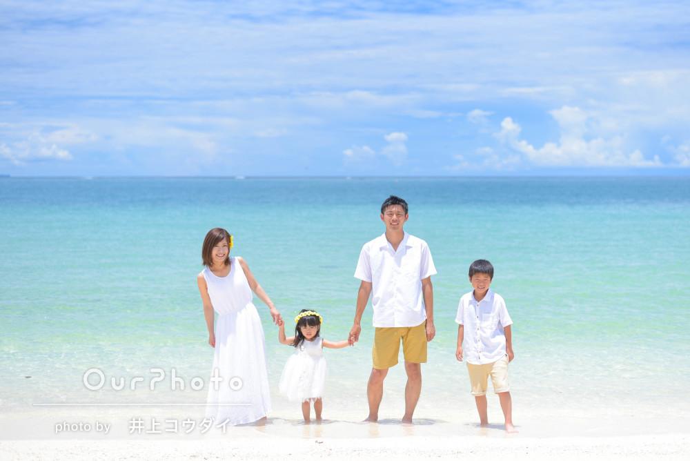 沖縄のビーチにて爽やかなホワイトリンクコーデで家族写真の撮影