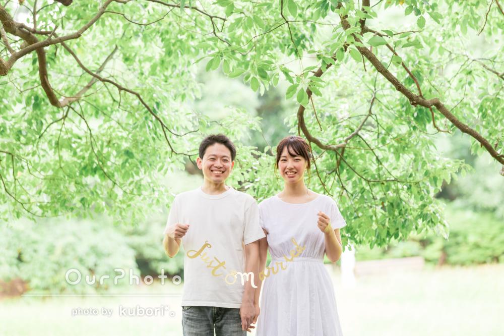 森の中と海辺で一際笑顔の輝く自然な幸せカップルフォトの撮影