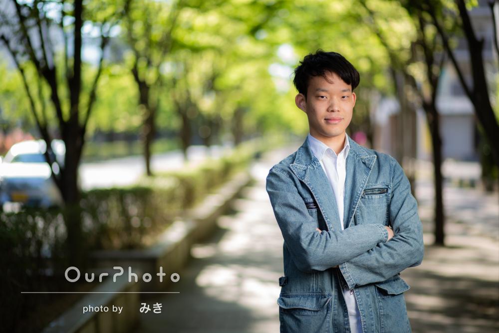 優しい笑顔が魅力的な街中でのプロフィール写真の撮影
