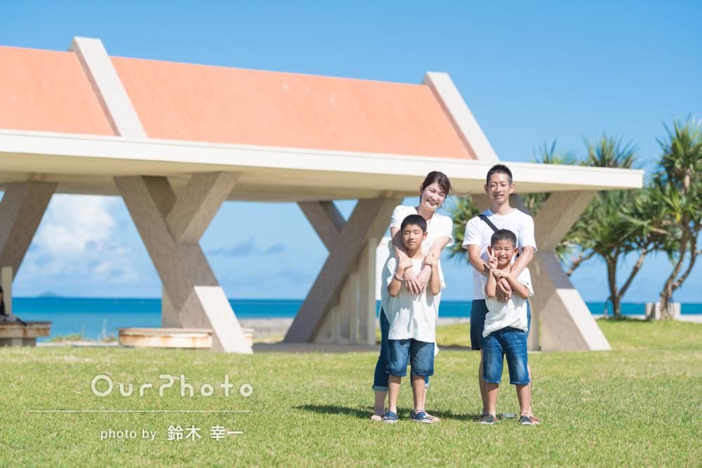 「真っ青な海と空をバックに最高の出来上がり」結婚10年記念の家族写真