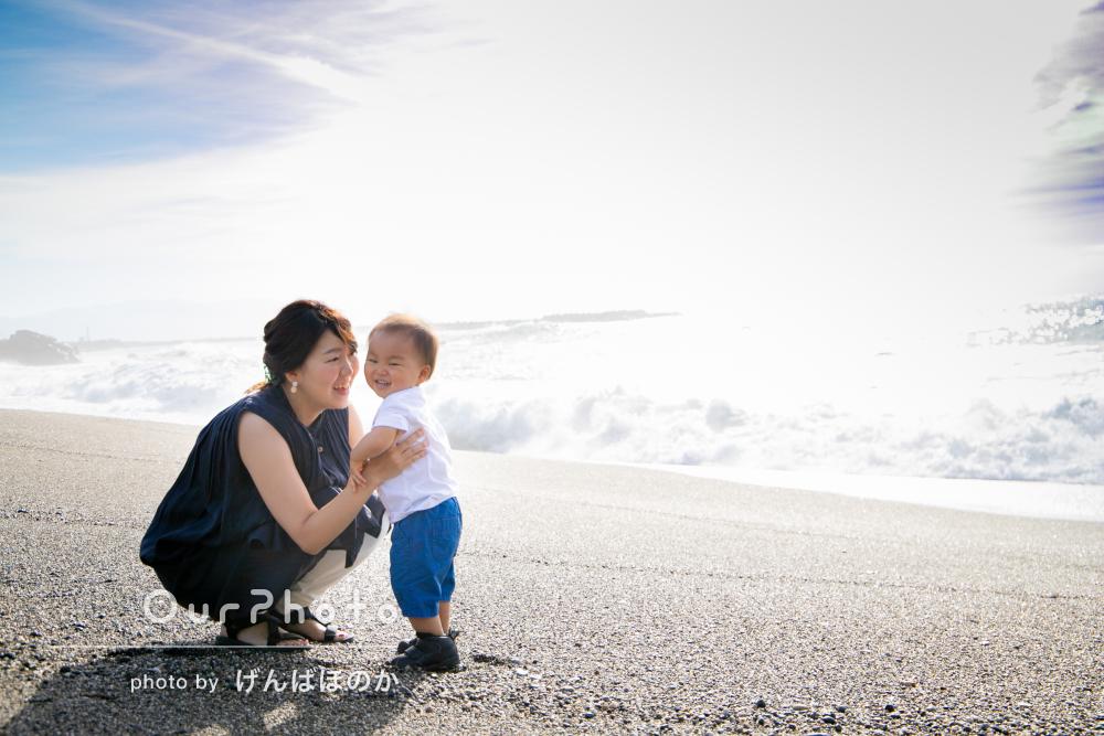 2歳の誕生日記念に!夏の海辺で笑顔あふれる家族写真を撮影
