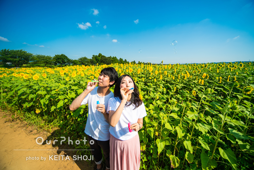 「こちらも自然と笑顔に」ひまわり畑で結婚式用にカップルフォトの撮影