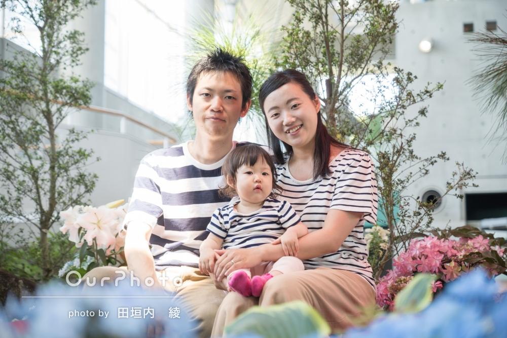 「新緑や花をバックに家族で写真を撮っていただきました」一歳の誕生日の家族写真